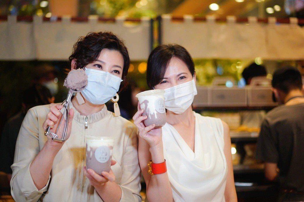 簡沛恩(右)開飲料快閃店,方馨站台,2人現場製作創意茶飲。圖/動能意像提供