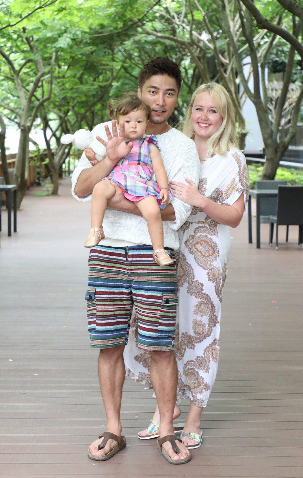 羅平和老婆Madlen、女兒Lottie一家三口好幸福。圖/TVBS提供