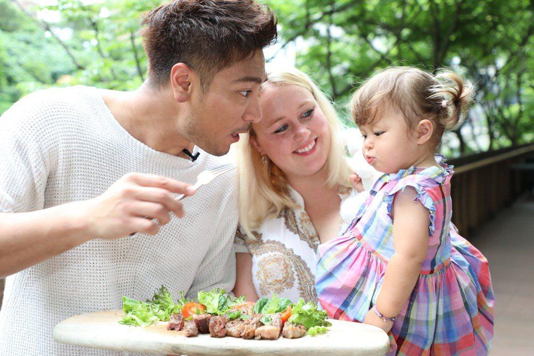 羅平親手做牛排餐慰勞老婆。圖/TVBS提供
