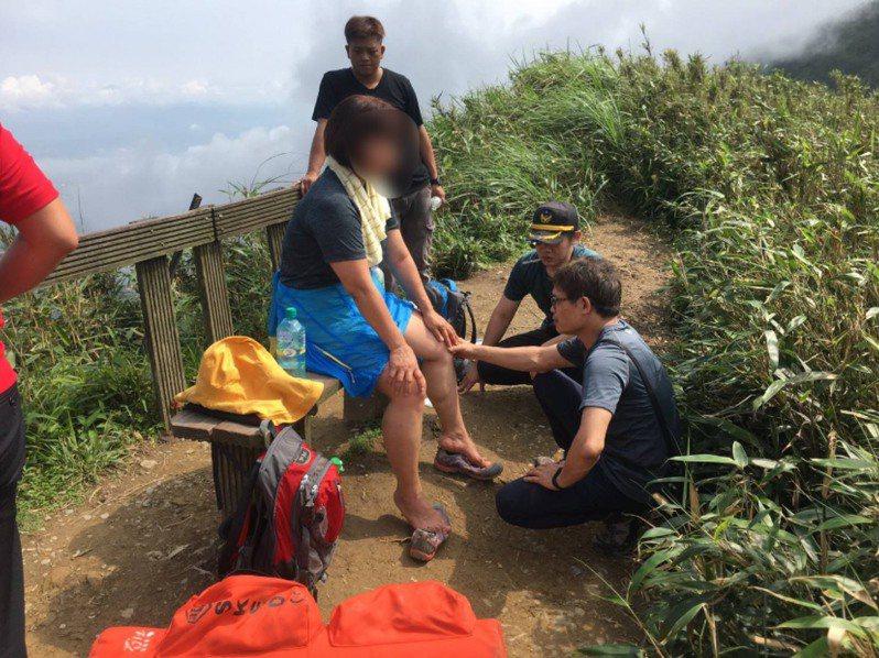 一名54歲新北市女遊客今天爬聖母山莊步道,但走完步道,體力不支,雙腳抽筋,無法行走下山,縣消防局上山救援。圖/宜蘭消防局提供