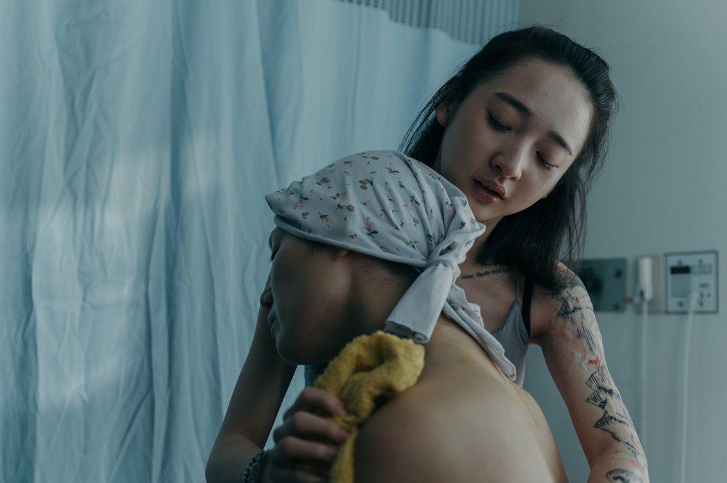 李沐在「誰是被害者」中為媽媽(許乃涵飾演)擦澡。圖/Netflix提供