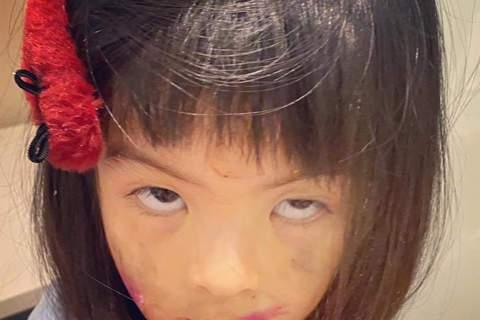 賈靜雯經常在臉書上分享女兒咘咘、波妞的萌照,但母親節前夕卻喊自己過了一個「崩潰母親節」,照片中家裡有如「爆炸」般亂七八糟,網友笑稱以為地震、遭小偷,也驚訝原來女娃們破壞力也那麼強。另外,波妞總是表情...