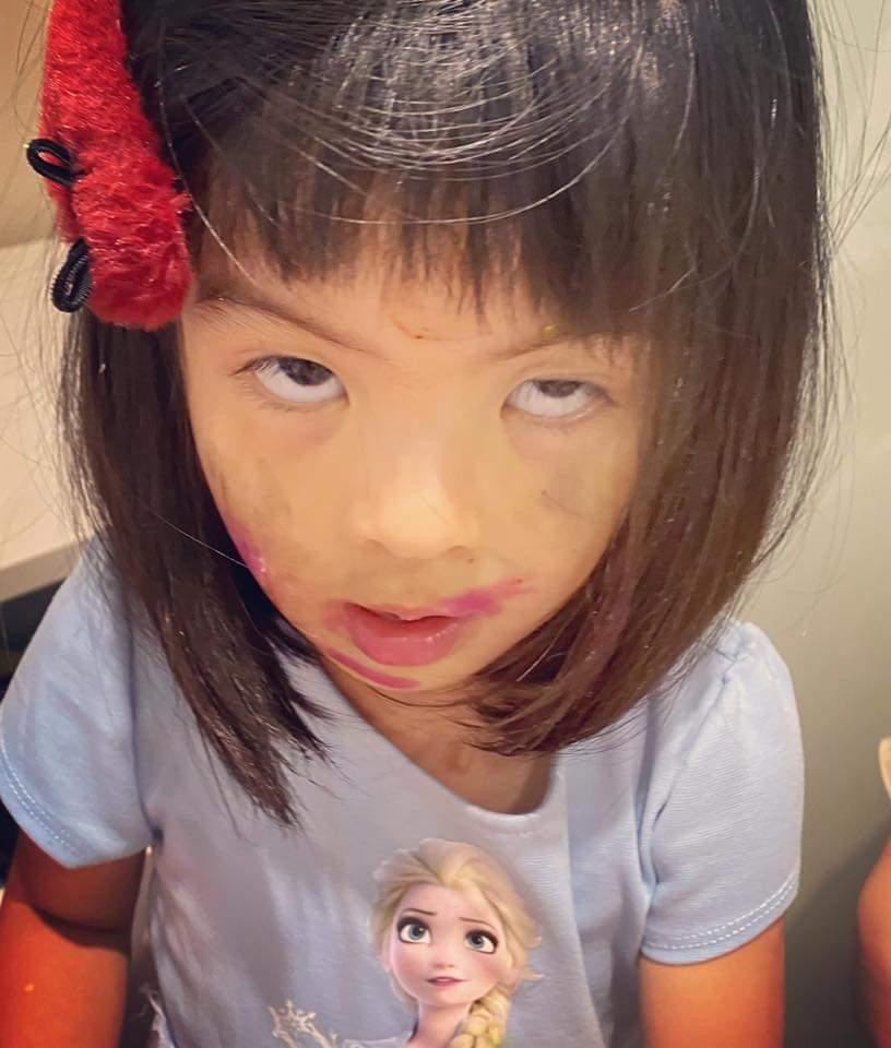 波妞把自己化成小花臉。圖/摘自臉書