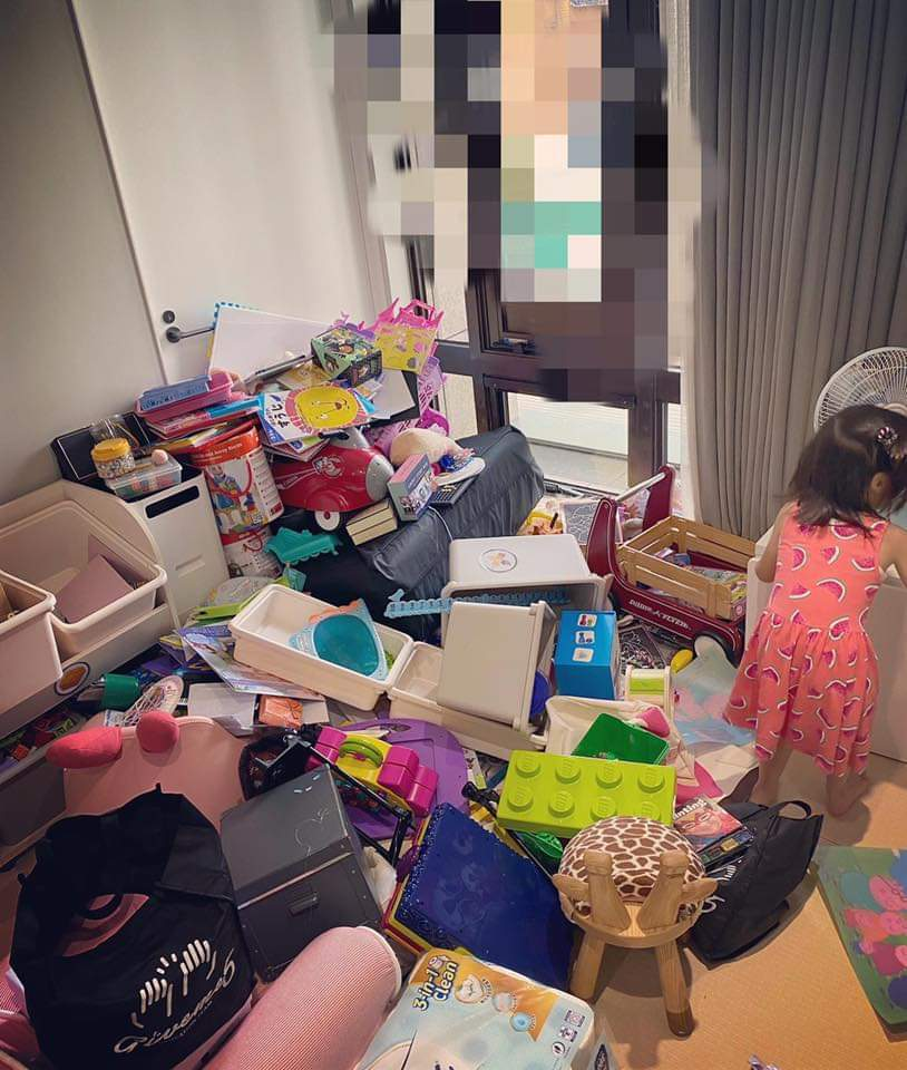 咘咘、波妞把家裡弄的亂七八糟。圖/摘自臉書