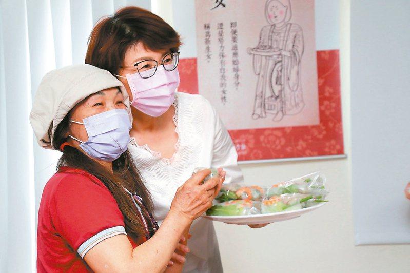 台東縣政府慶祝母親節活動,縣長饒慶鈴(右)與新住民媽媽們一起料理家鄉美食。 記者尤聰光/攝影