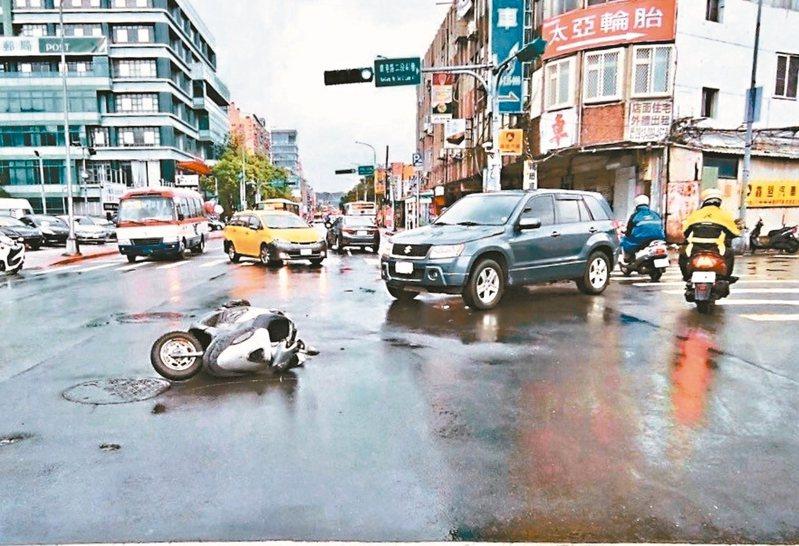 去年國內交通違規取締、交通事故與死傷數都創新高,形成「三高」現象。 圖/警方提供