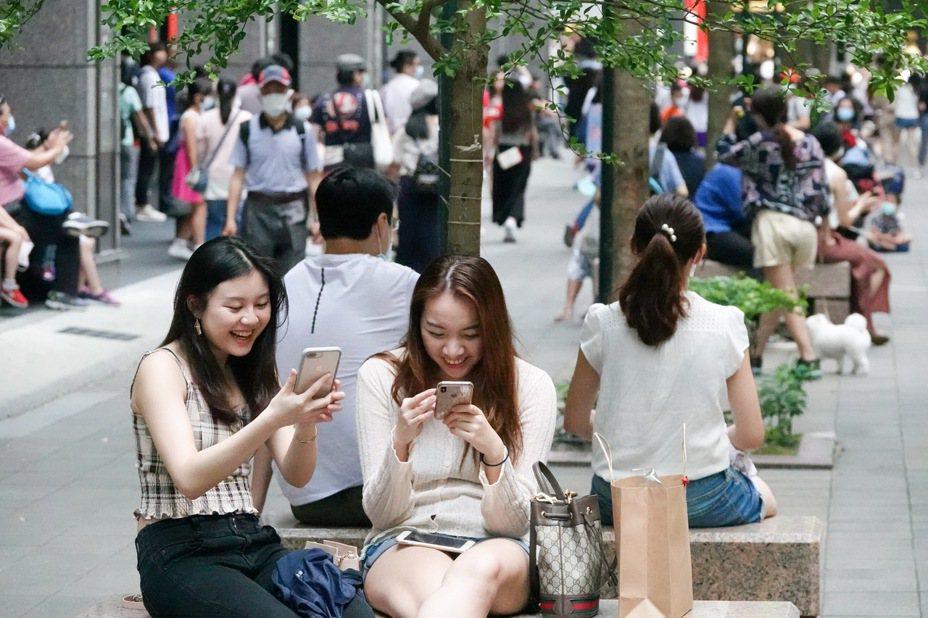 新冠肺炎疫情趋缓,台北市信义区再现周末逛街人潮。记者余承翰/摄影