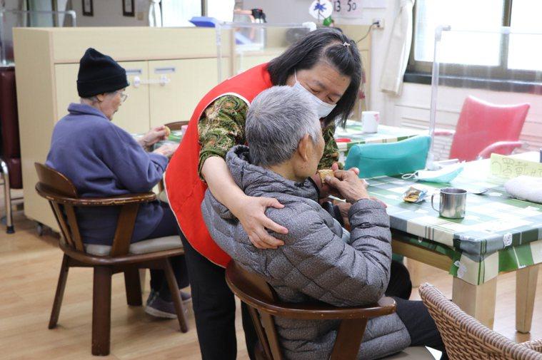 其實將長者送住照顧機構,只是換一種方式照顧他,因為任何一種照護方式,都是根據失能...