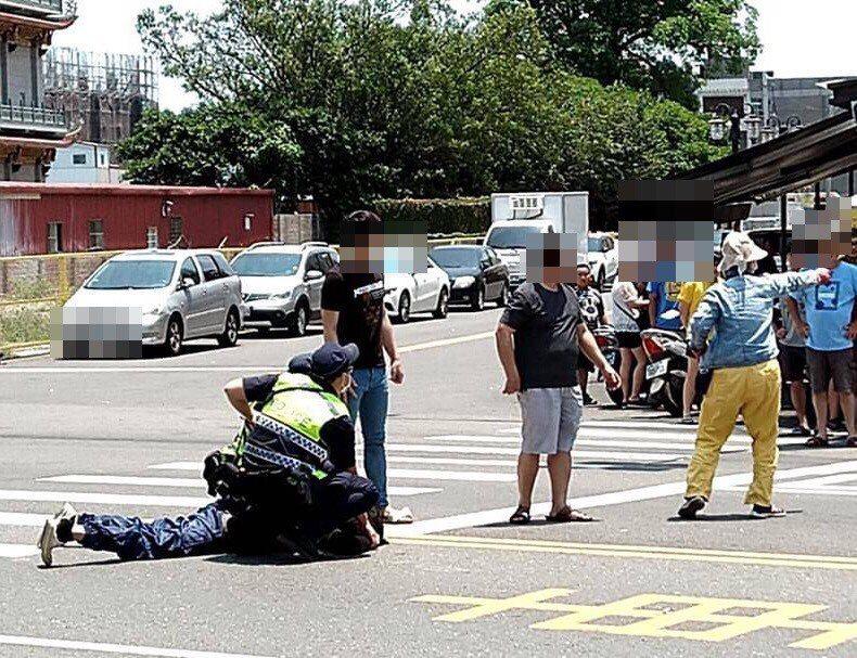 許多路過民眾見義勇圍捕丁嫌,警方火速趕到將丁壓制在地。記者李京昇/翻攝