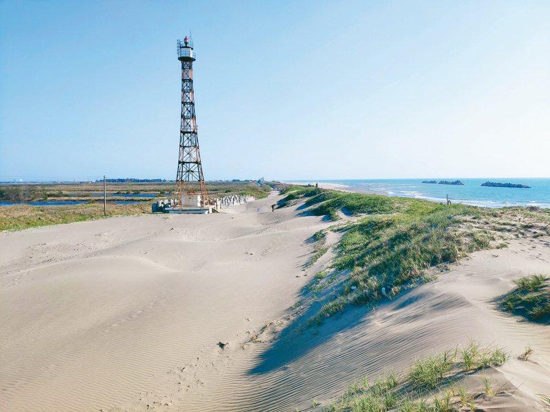 台南市曾文溪出海口北岸因防風林消失,海沙吹到堤內,國聖燈塔處已成小沙漠。 記者鄭惠仁/攝影