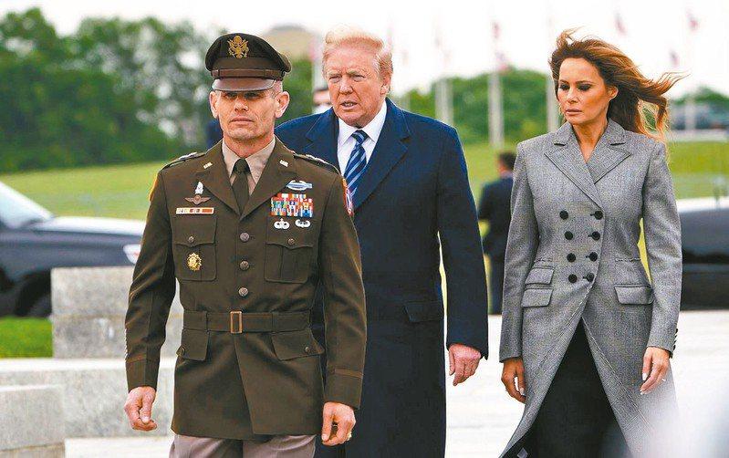 白宮經常舉辦大型活動,有許多與會者沒戴口罩近距離接觸;許多被派遣至白宮的特勤局人員都沒戴口罩,川普總統(中)至今也不戴口罩。法新社
