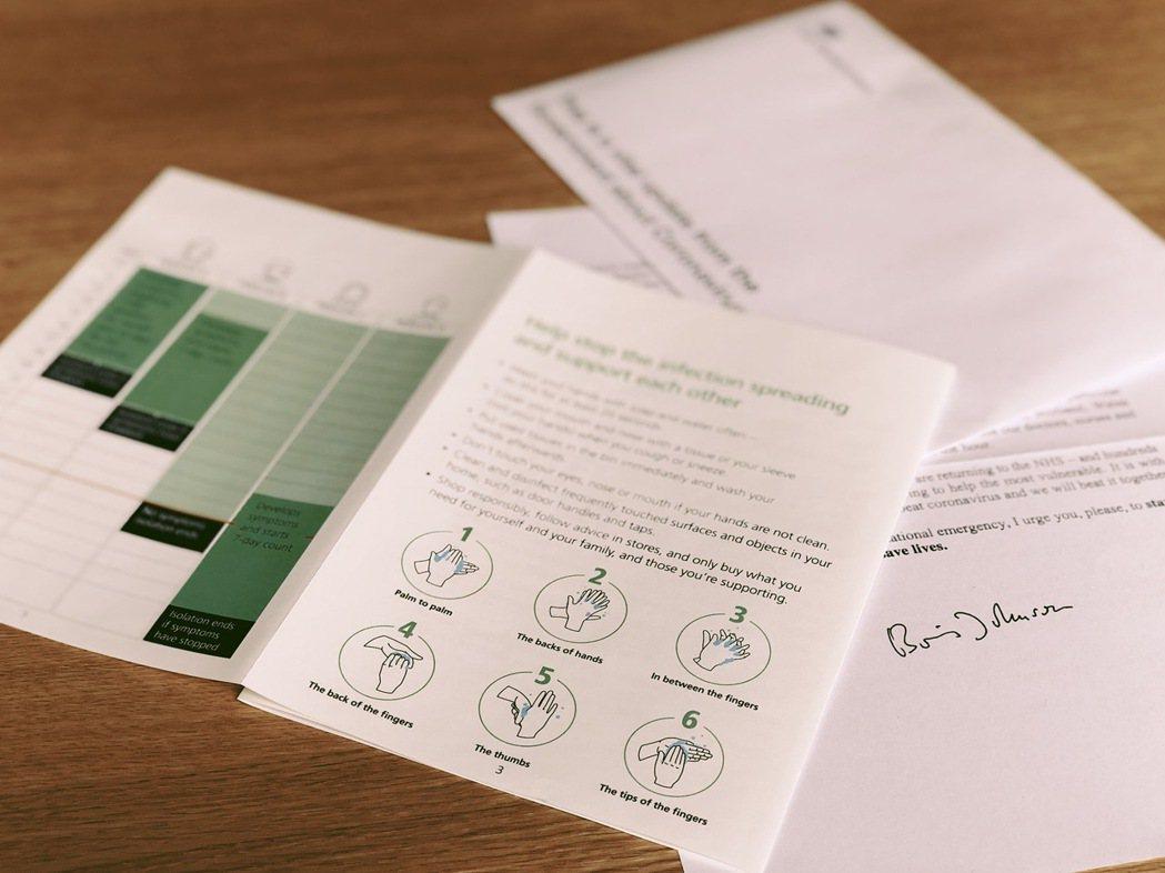 四折頁的防疫教戰小冊使用統一字體,配上簡單插圖排版,閱讀起來一點都不吃力。 圖/...
