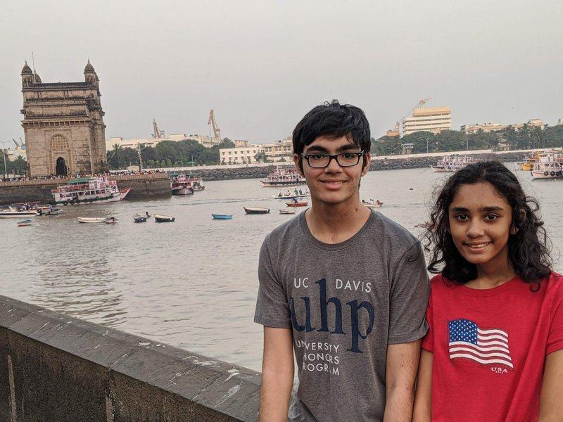 美國一名14歲的印度裔女童,14歲時就有8間名校搶著要,而她哥哥在11歲時,就拿到了3個副學士學位,表現相當驚人。圖擷自Twitter