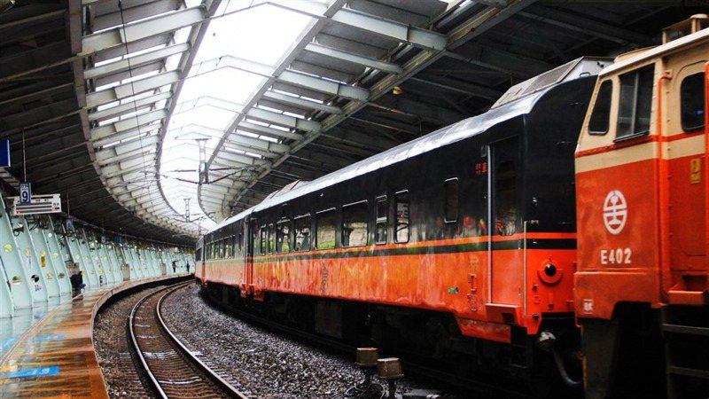 柏成設計改造的台鐵觀光列車去年底亮相,外觀為尊榮感十足的黑、橘色。圖/柏成設計公司提供