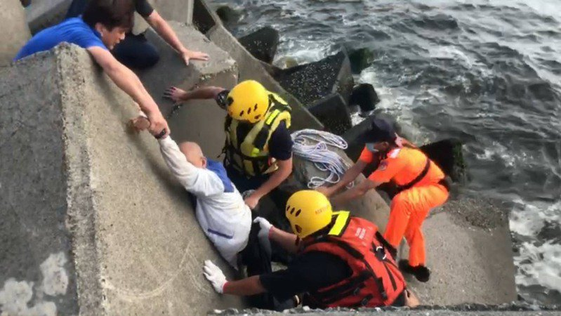 海巡署南部分署第五岸巡隊東港安檢所接獲有人落海,立即出動1輛車共8名海巡人員到場救援。記者陳弘逸/翻攝
