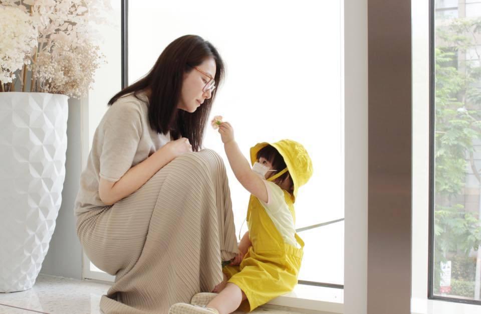 陳怡蓉嫁給醫美大亨薛博仁後專心在家帶孩子,女兒在母親節送上康乃馨。圖/摘自臉書