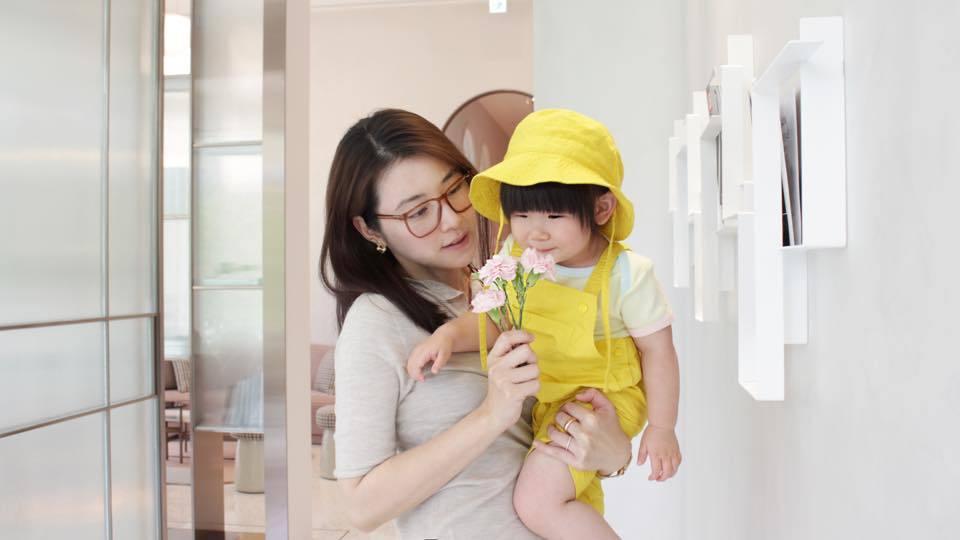 偶像女神陳怡蓉罕見曝光女兒可愛的正面照。 圖/摘自臉書
