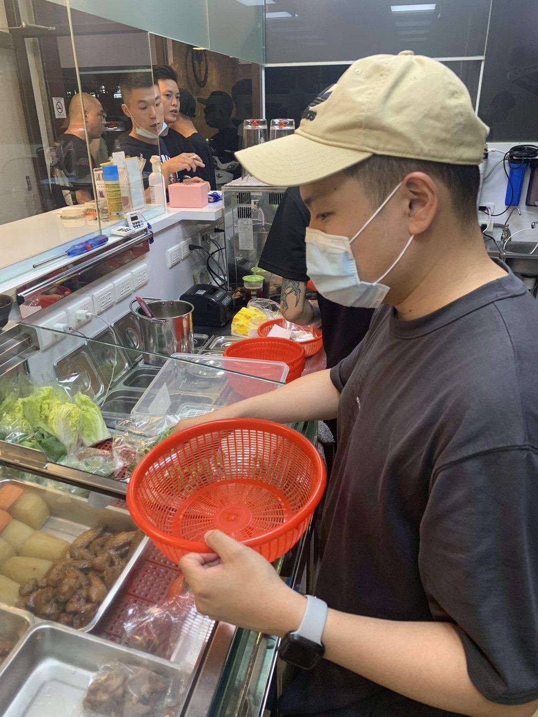 洋蔥偶爾會在店內服務。圖/混血兒娛樂提供