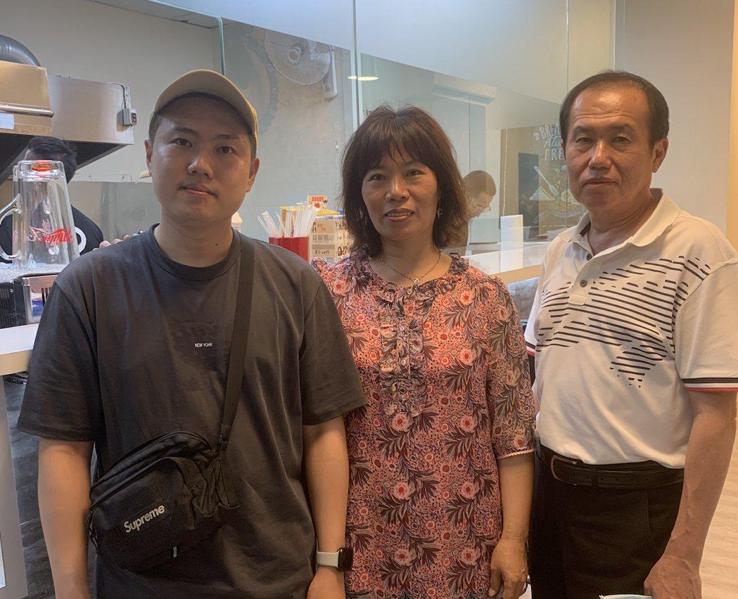 洋蔥(左)跨足餐飲市場,父母到場支持。圖/混血兒娛樂提供