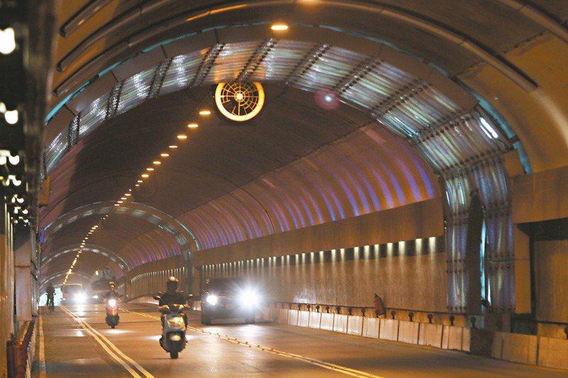 台北市隧道採用區間測速後改變更明顯,自強隧道從每天1977件違規降到89件,辛亥隧道更從7177件降到74件。 圖/聯合報系資料照片