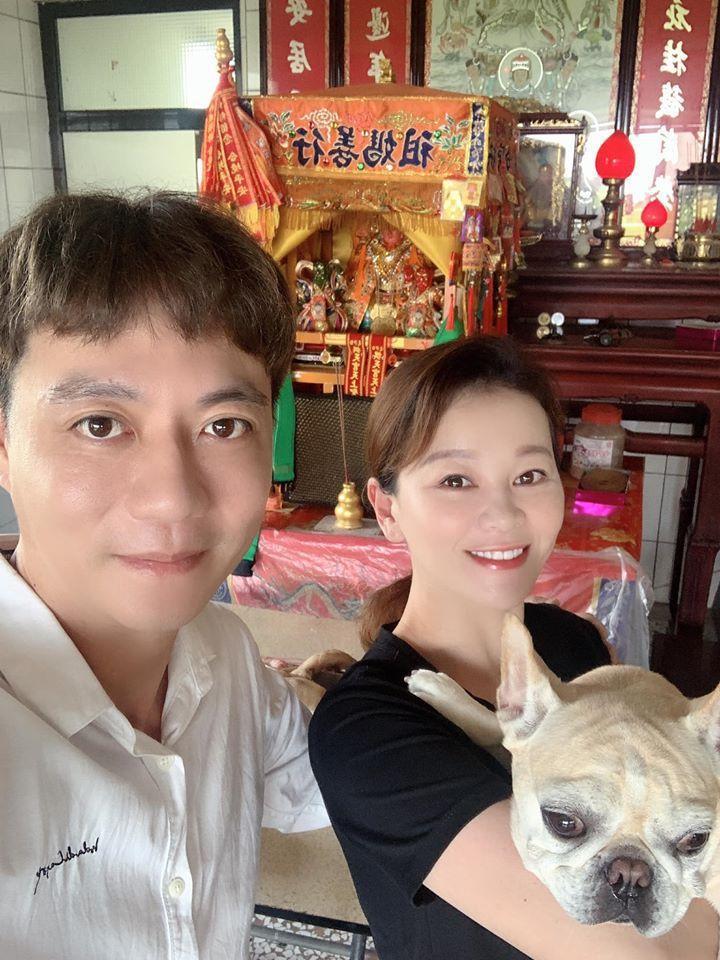 白沙屯媽祖日前到家中駐駕,讓陳隨意(左)、謝宜君夫婦相當開心。圖/摘自臉書