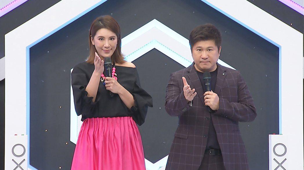胡瓜(右)和小禎合作主持中天「地球人請回答」。圖/中天提供