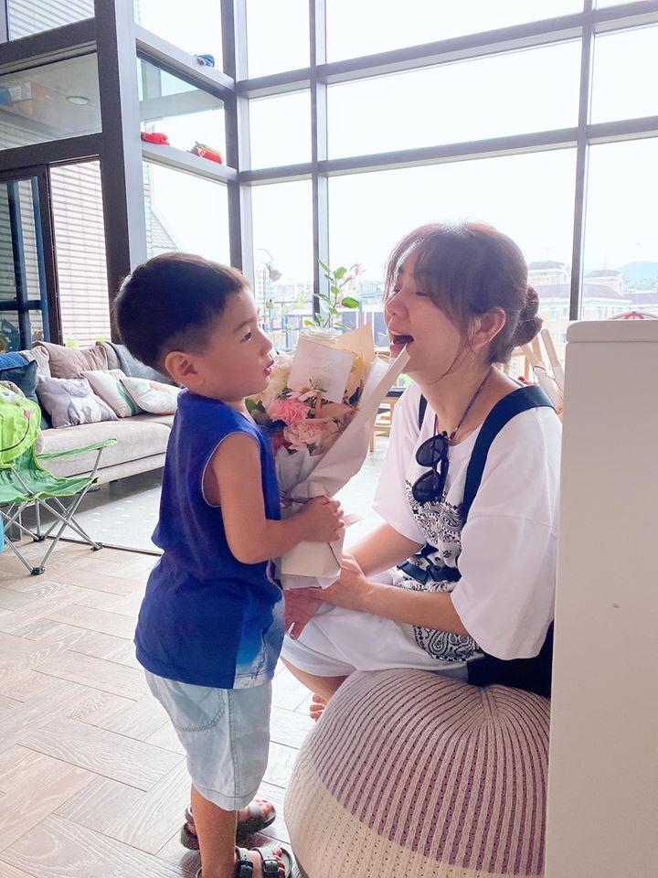 Ella(右)透露3歲兒子勁寶正處於第1個叛逆期。圖/摘自臉書