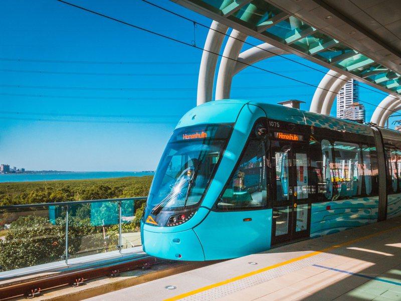 新北捷運公司指出,新北推動「新型態安全生活模式」,因淡海輕軌屬開放式站體通風良好的特性,適合民眾做好防疫同時全家搭乘出遊。。圖/新北捷運公司提供