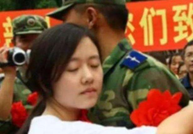 救出12歲小女孩的戰士,十年後與小女孩結婚。 圖/取自百度