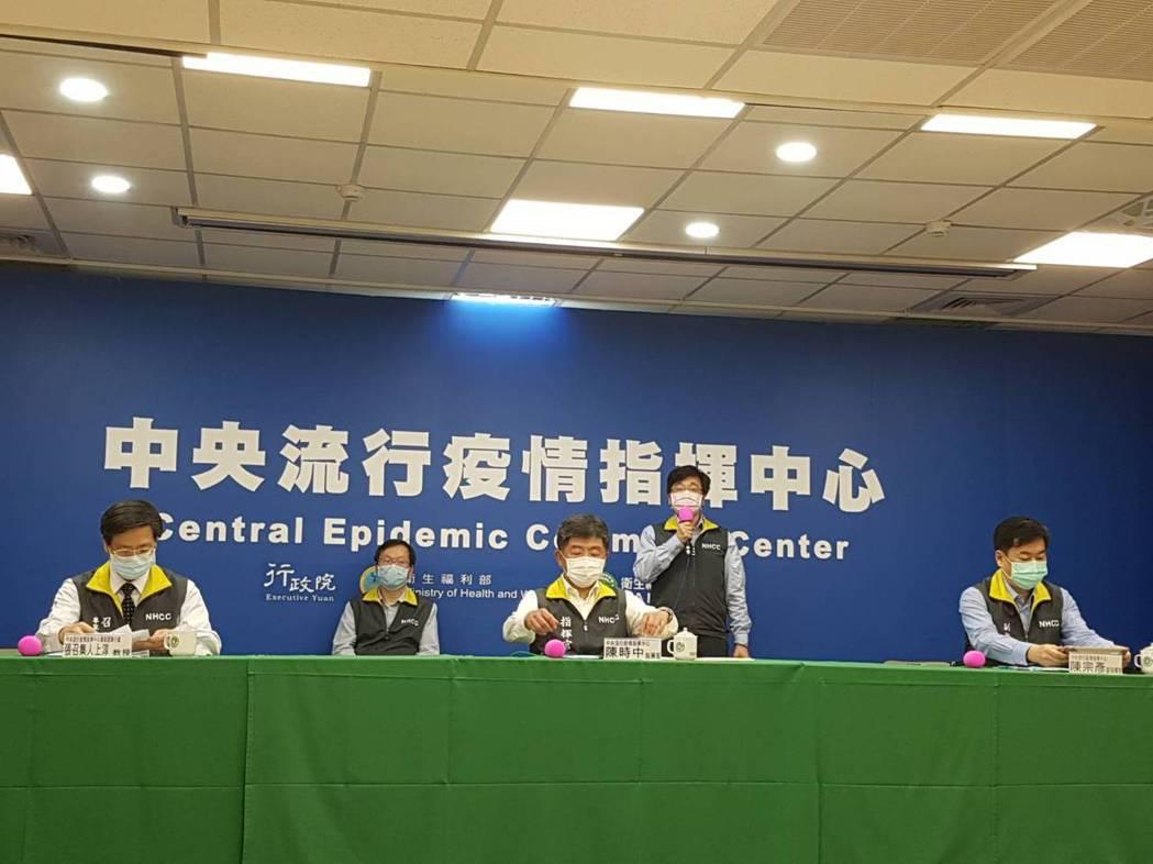 中央流行疫情指揮中心5月10日記者會,第一排左到右中央流行疫情指揮中心專家諮詢小...