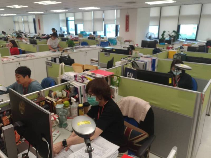衛福部兩天假日加派130名員工協助資料審核。 圖/衛福部提供