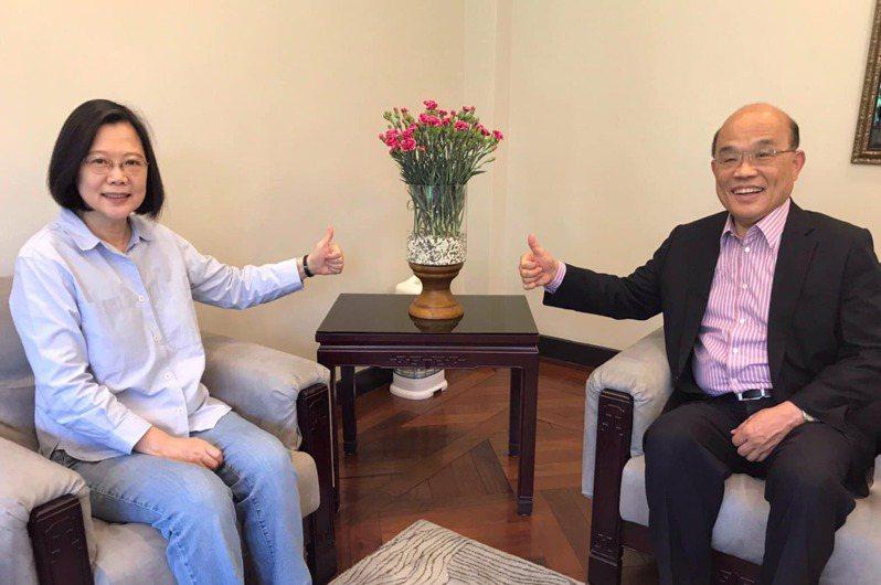 行政院長蘇貞昌(右)與蔡英文總統(左)今未來政情交換意見。圖片/翻攝蘇貞昌臉書