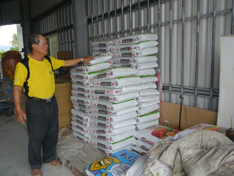 產豐農藥肥料行主要販售有機肥,業者朱貴華說,肥料放太久會結塊變質,真的沒有囤積的必要。記者徐白櫻/攝影