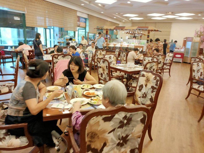 今天是母親節,台東市娜魯灣酒店等多家餐廳,中午出現慶祝母親節聚餐人潮。記者羅紹平/攝影