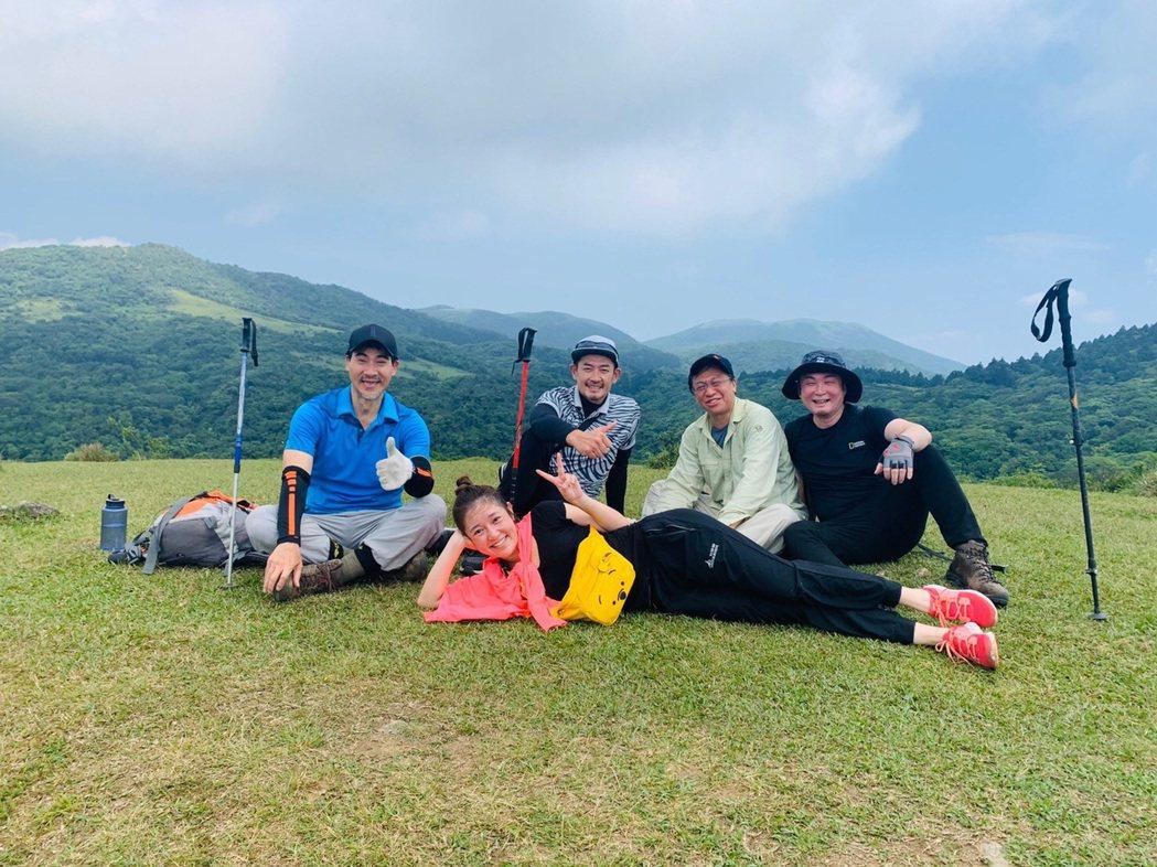 翁家明(左起)、郭亞棠、柯叔元、游安順、紅毛徜徉山野間十分愜意。圖/民視提供