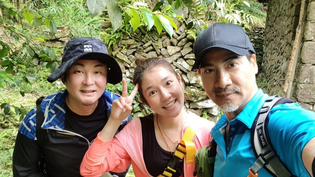 翁家明(右起)、郭亞棠、紅毛開心登山。圖/民視提供