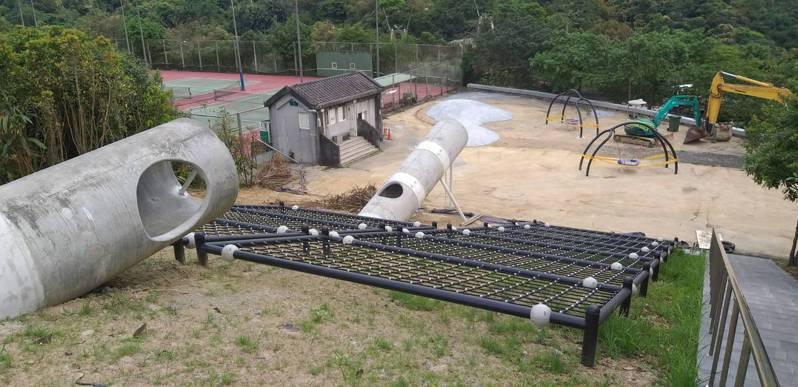 基隆市暖暖運動公園已設置超大面爬網、躲貓貓涵管和圓盤型鞦韆,工程進入收尾階段。記者邱瑞杰/攝影