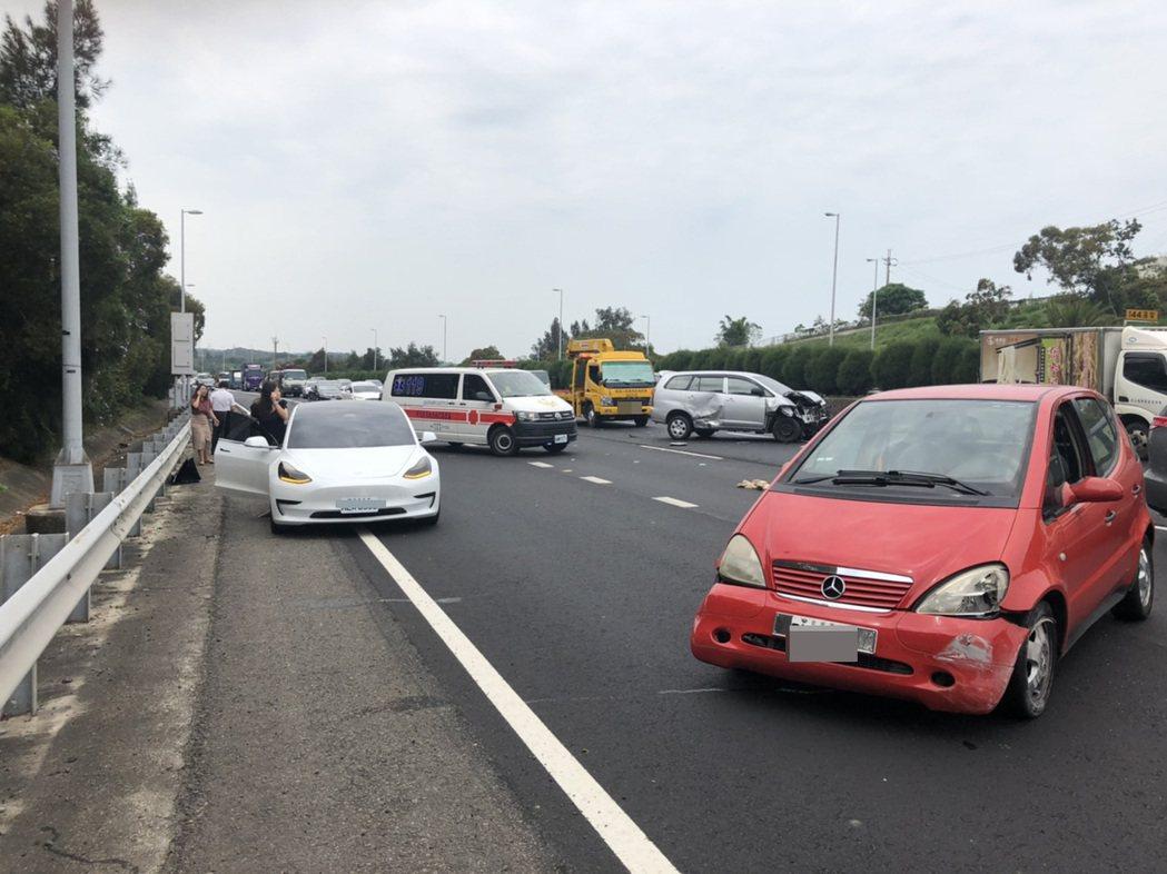 國道3號苗栗縣通霄交流道附近北上路段,昨天上午發生紅色轎車及銀色休旅車事故,其中...
