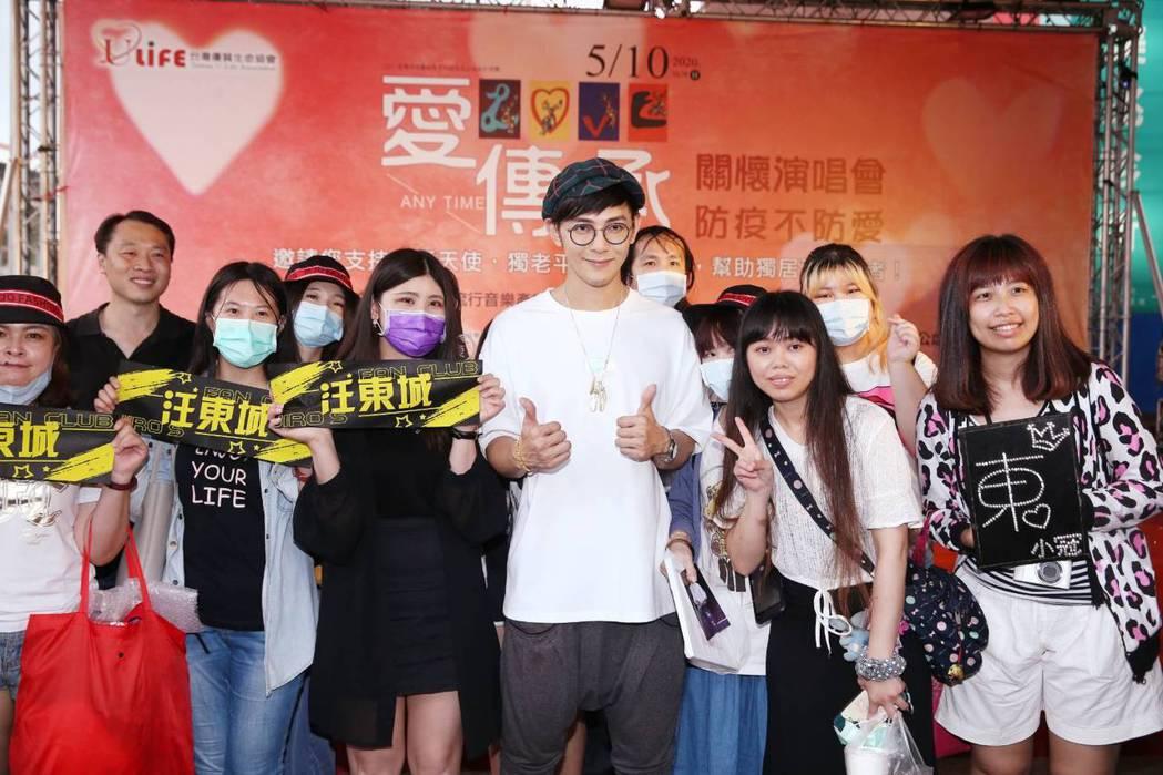 汪東城活動後主動留下與粉絲合照。記者曾原信/攝影