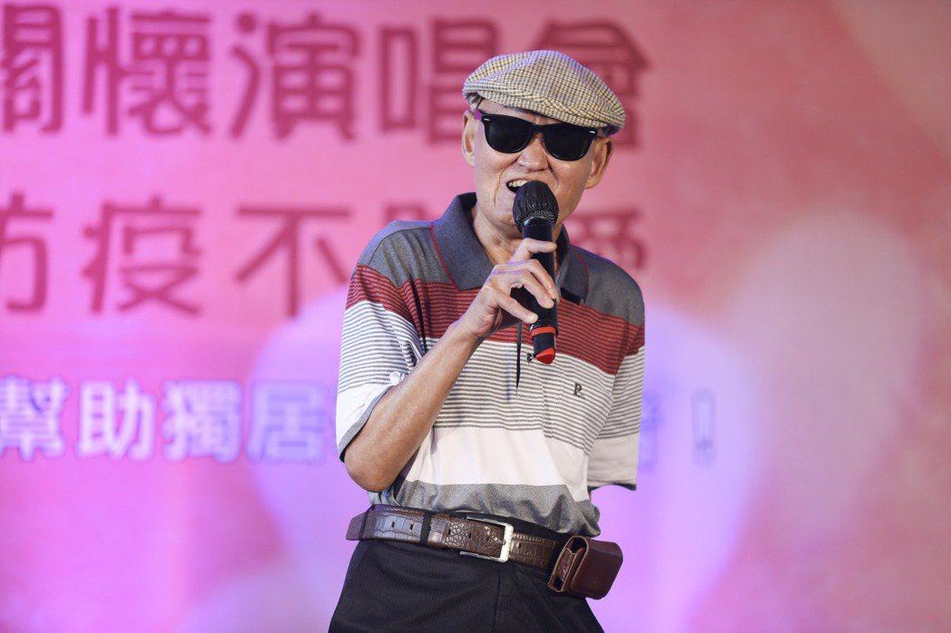 優質生命協會演唱會於台北新光三越前廣場展開,資深藝人李炳輝登台演唱。記者曾原信/