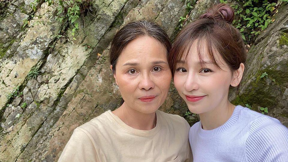 王心凌(右)約媽媽到郊外踏青慶祝母親節。圖/摘自臉書