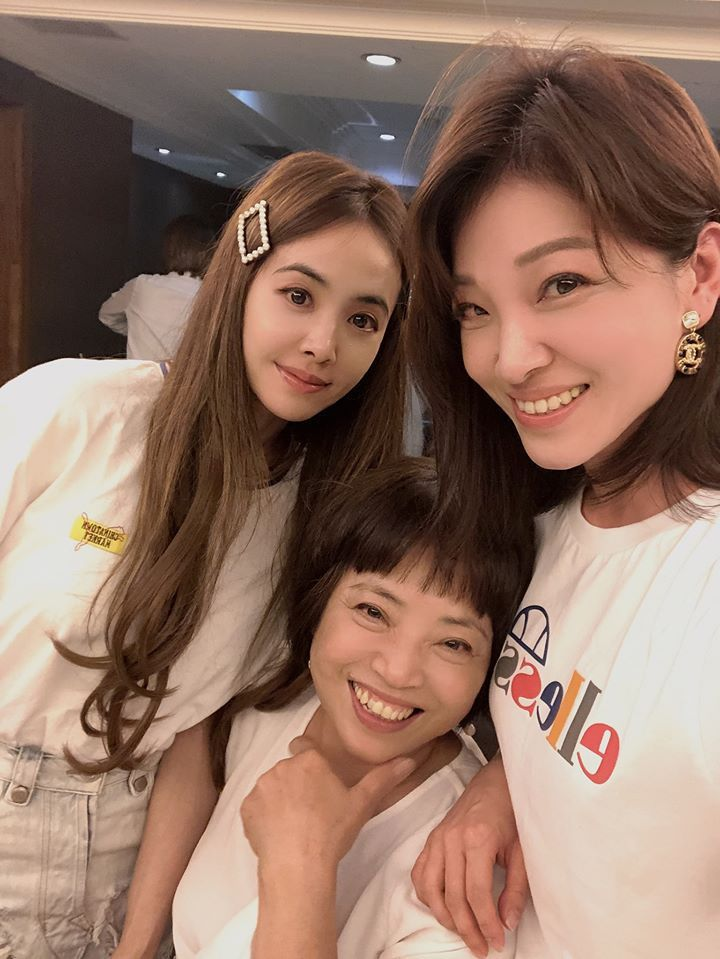 蔡依林(左起)曬出與媽媽、姊姊的合照,被讚像三姊妹。圖/摘自臉書