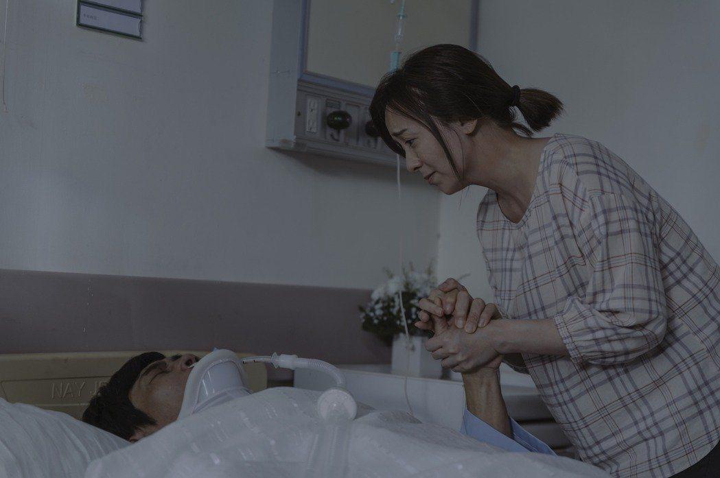 季芹(右)在「誰是被害者」戲中緊握的手,讓夏靖庭感受一股暖流。圖/Netflix...