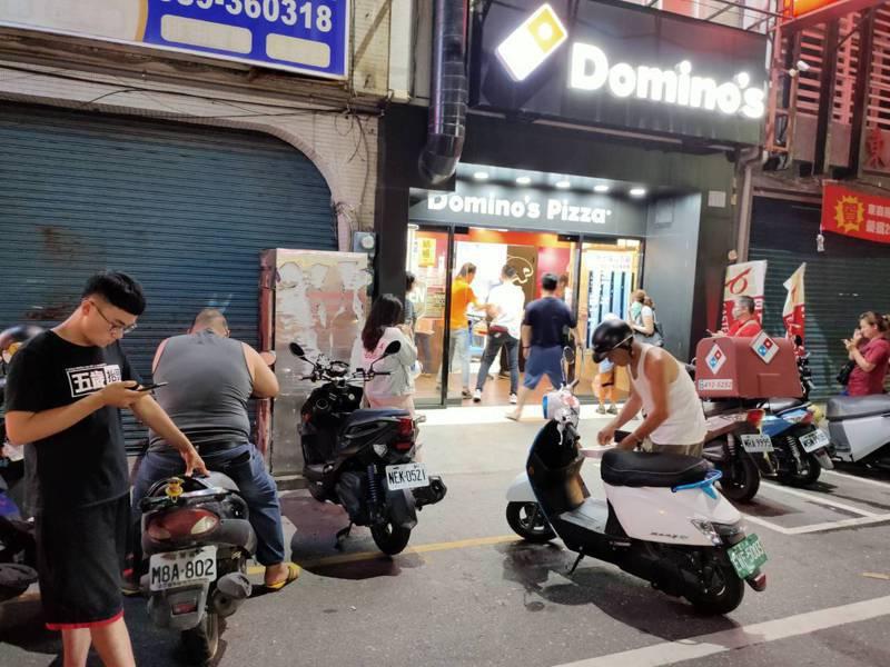 達美樂披薩台東店晚上7點還有不少人排隊等外帶披薩。記者羅紹平/攝影