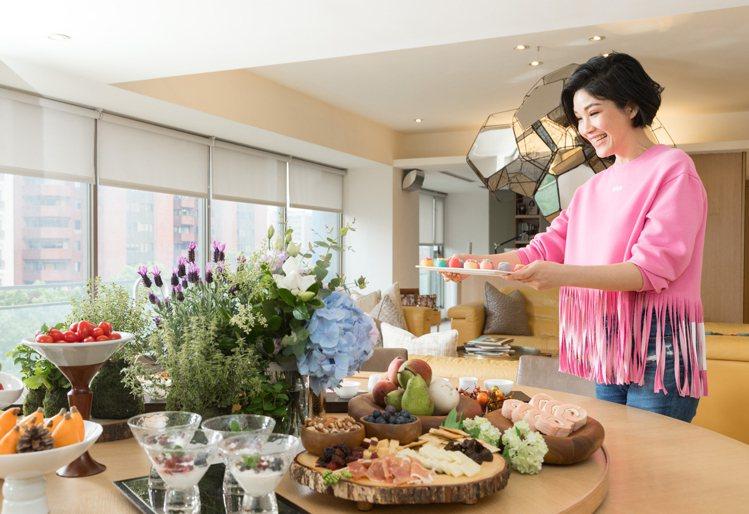 蔣雅淇在家中舉行「恩典餐桌」,讀經與分享。記者陳立凱/攝影