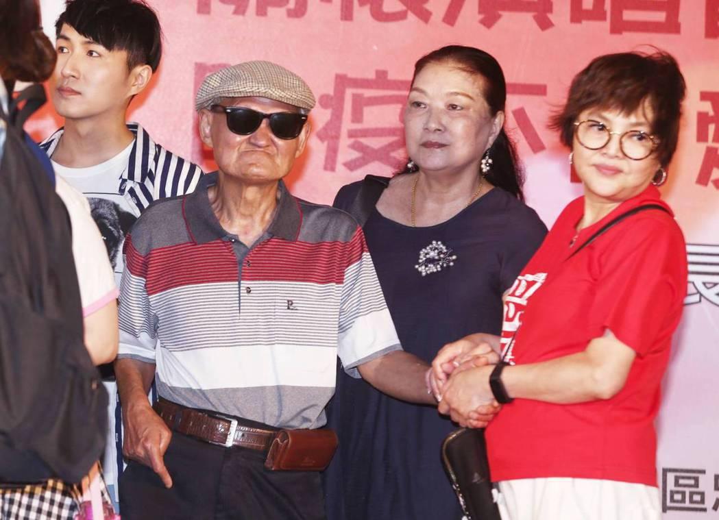 李炳輝在太太和紀寶如陪同下受訪。記者曾原信/攝影