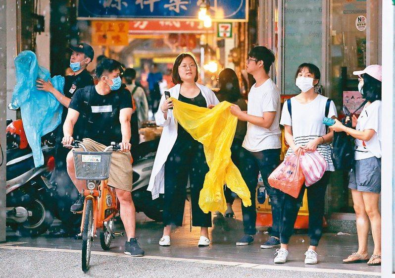 大雨滂沱,下課後卻發現雨傘被偷走,想必是許多人學生時代難忘的記憶。記者潘俊宏/攝影