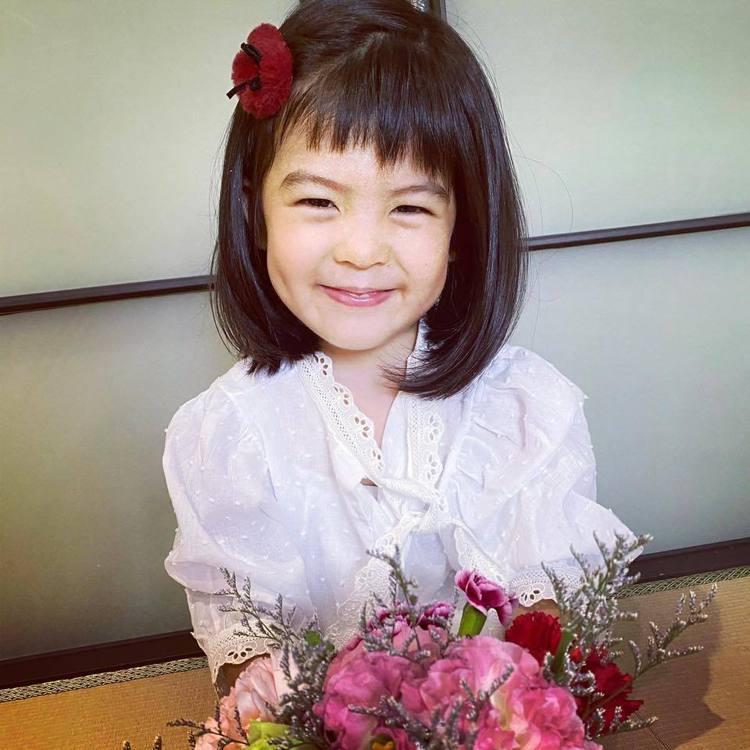 波妞母親節獻花。圖/摘自臉書