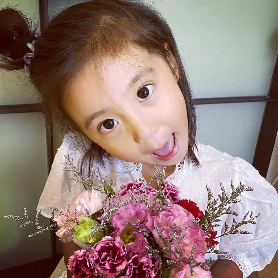 咘咘母親節獻花。圖/摘自臉書