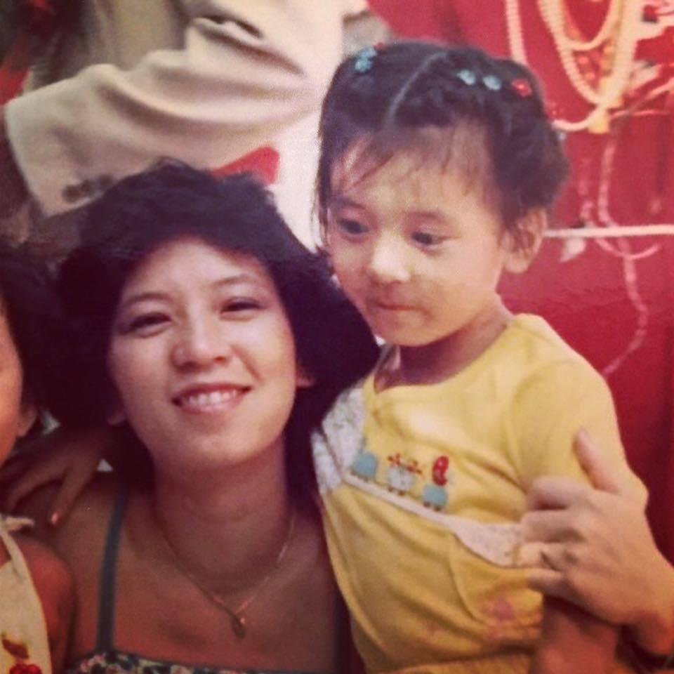 賈靜雯曝光自己童年時與媽媽合照。圖/摘自臉書